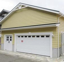 専用の扉がそれぞれあるガレージハウス